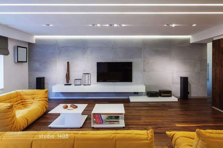 Bellissimo soggiorno moderno con ispirazioni minimal e industriale. Divani gialli, pavimento in legno scuro e fantastica illuminazione - Idee soggiorni moderni