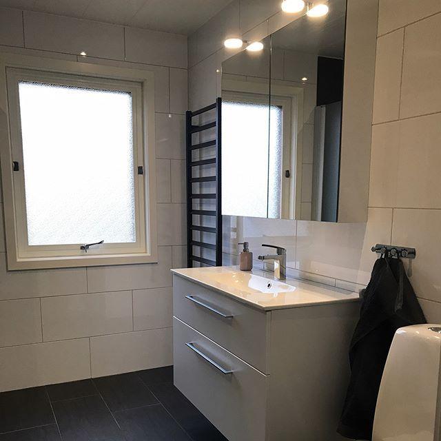 -----> SVEP HÖGER! Nytt snyggt badrum som blev klart förra veckan. Snygga materialval  och fina möbler från @dansanibathrooms med mycket förvaring. Hoppas denna trevliga familj är lika nöjda som jag! #kakelfabriken #kakel #klinker #badrum #bad #wc #badrumsmöbler #inspo #badrumsrenovering #inredning #hus #hem #svenskahem #design #badrumsinspo #golv #inreda #renovera #bkr #dusch #tak #belysning #tiles