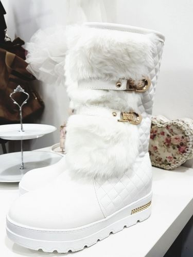 Γυναικείο μποτάκι στολισμένο με γούνα και εσωτερική επένδυση γούνας  http://handmadecollectionqueens.com/γυναικειες-μποτες-με-γουνα-εσωτερικα-και-εξωτερικα  #Handmade #fashion #boots #women #footwear #storiesforqueens