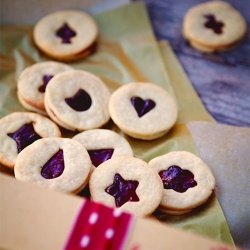 You can use this versatile and easy-to-make dough for decorated Christmas cookies or to sandwich them together with jam.