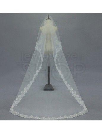 Velo da sposa impreziosito da decorazioni in pizzo ai bordi.