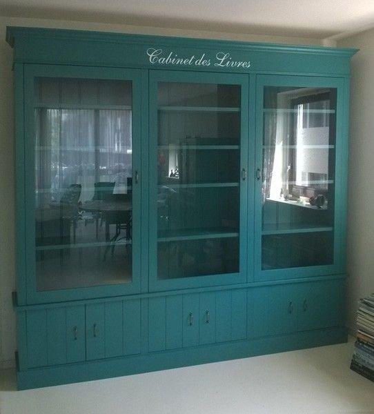 Fraaie boekenkast klassieke stijl maar hippe kleur - Studio stijl glazen partitie ...