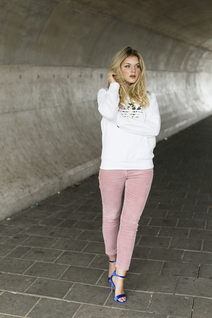 pink corduroy, corduroy broek, blauwe sandalettes, velvet sandalettes, fashionblogger, fashion is a party, adidas x topshop, adidas sweater, ellie goulding x vanharen, vanharen schoenen, blauwe hakken, fashiontrends 2017, fashiontrends herfst 2017, corduroy trend 2017, arnhem, styling http://www.fashionisaparty.com/2017/10/corduroy-broek.html/