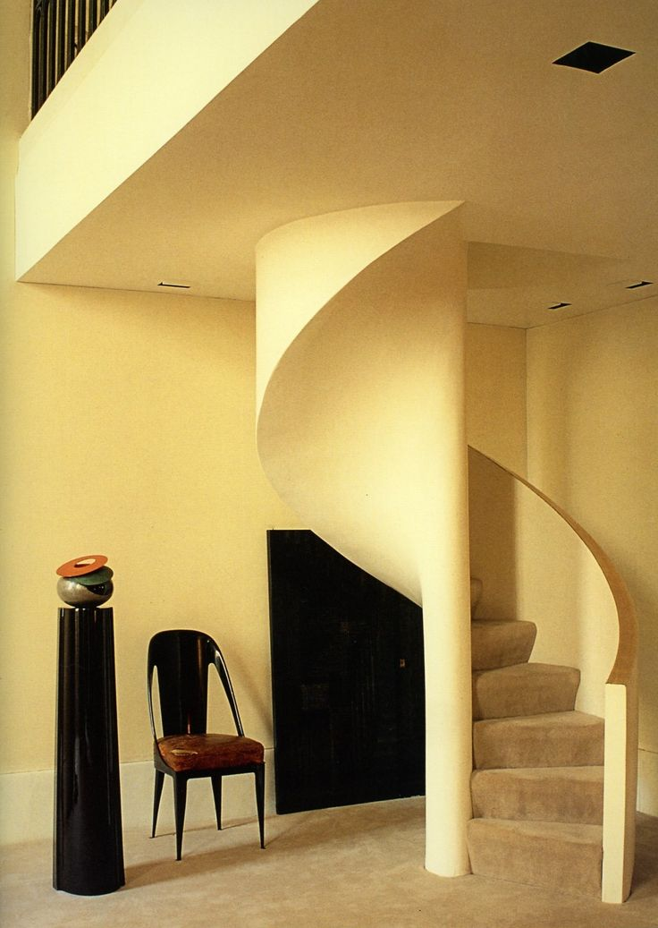 And the chair's fabulous.Book Club, Chic People, Spirals Stairs, Francois Halard, Sinuous Staircas, Eva Chow, Glamorous Places, Spirals Staircas, Manhattan Apartment