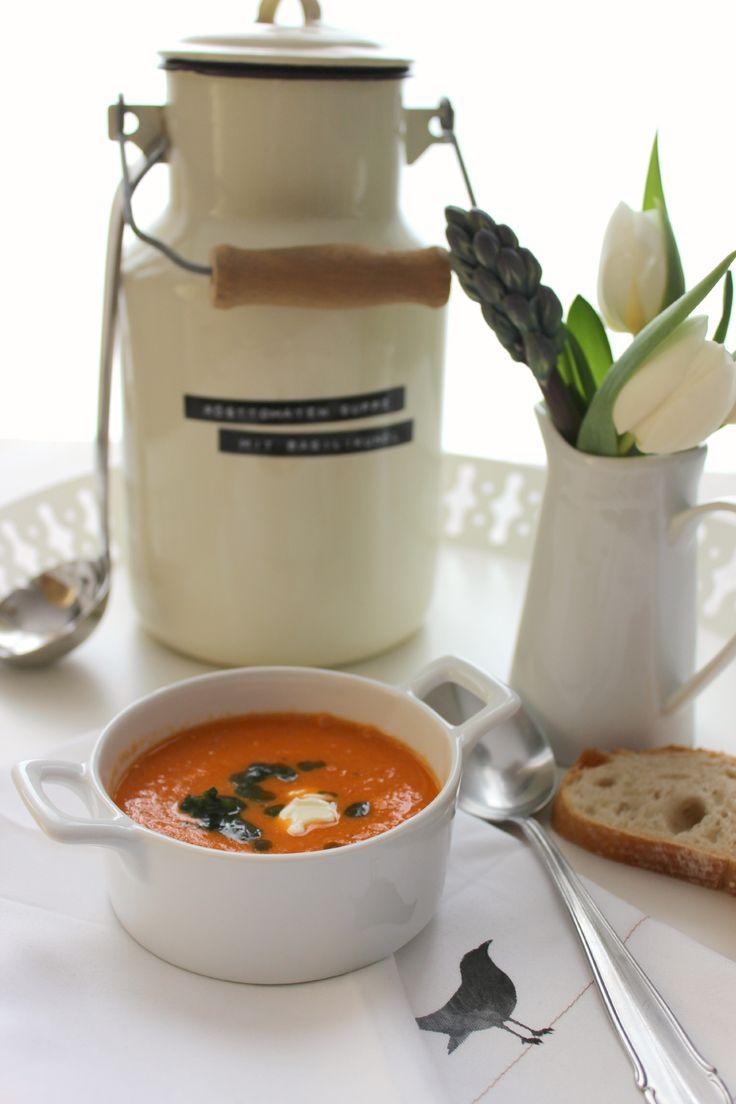 Rösttomaten-Suppe mit Basilikumöl