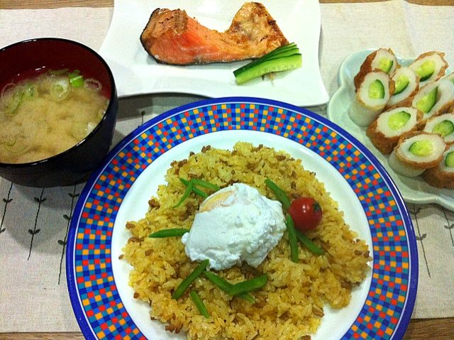 カレー粉とケチャップで簡単エスニック味 - 4件のもぐもぐ - エスニック炒飯ポーチドエッグのせ・塩鮭かま・ちくわキュウリ・しじみ味噌汁 by ma0327