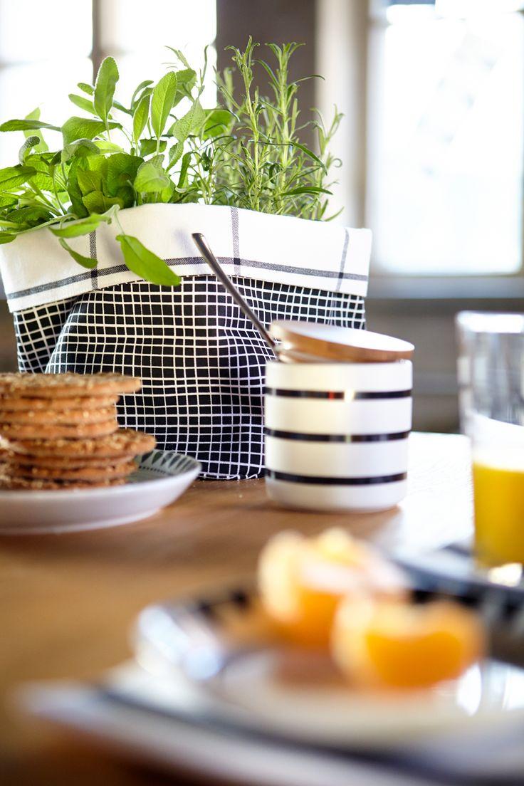 Kodin1, Anno, kevätuutuudet 2014. #kodin1 #anno #aamiainen #kattaus #yrtit #ruutu leipäkori #raita #purkki