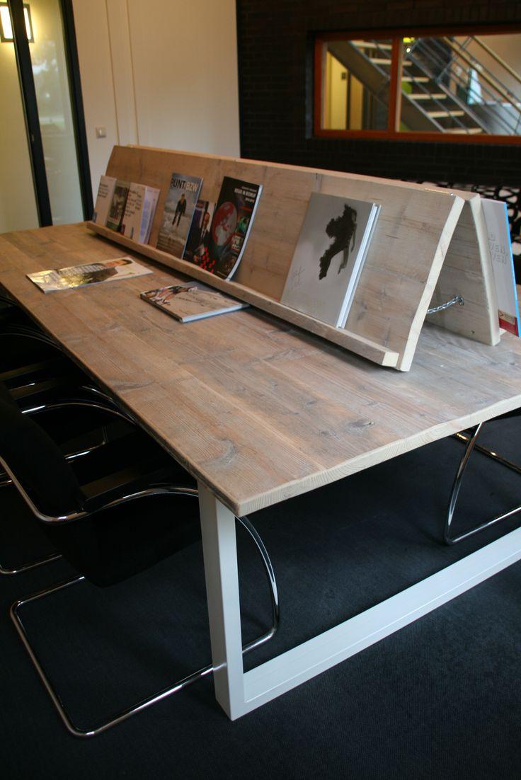 Grote leestafel met blad van gebruikt steigerhout en een ijzeren onderstel www.houtenzo.com