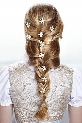 Oktoberfest style hair [Zopf mit Blüten schmücken - Step-by-Step: Geflochtene Wiesn-Frisur]