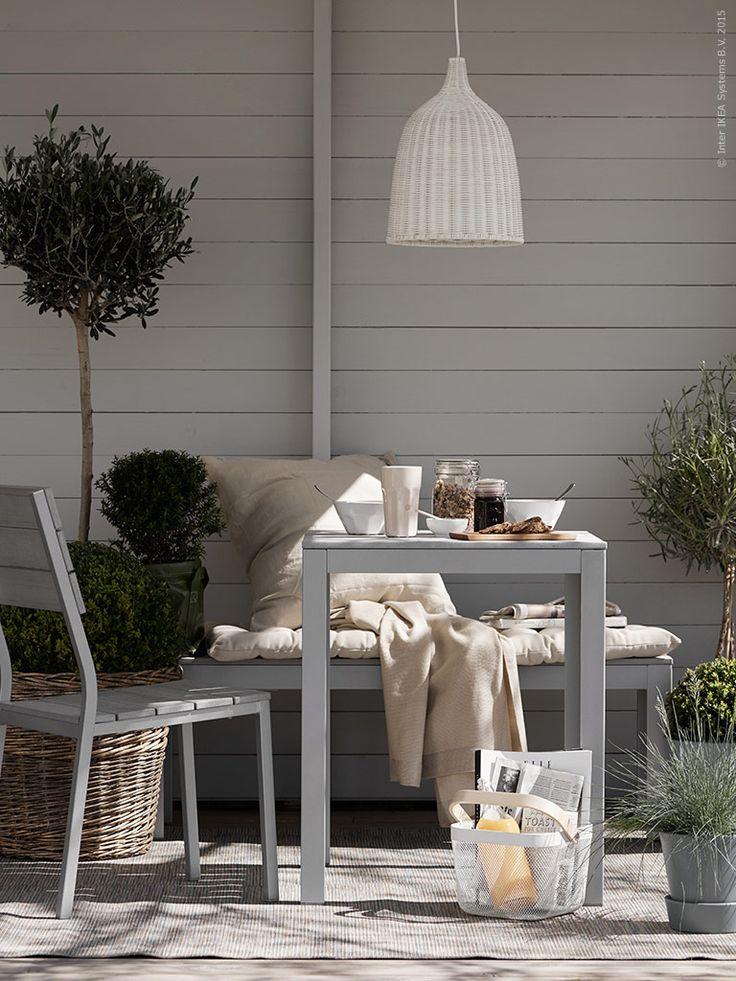 Finns det något härligare än en soldränkt frukost? FALSTER bänk, bord och stol, HODDE matta, LERAN taklampa (ej för utomhusbruk). Krukorna INGEFÄRA här målade med grå krukfärg!