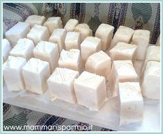"""Ecco una ricetta facile per fare il sapone in casa per il bucato a mano. Si usa l""""olio esausto (quello della frittura) o lo strutto, per il corpo invece quello di oliva. Si aggiunge l""""aroma che preferite, Poi con il bicarbonato diventa detersivo liquido per lavatrice"""