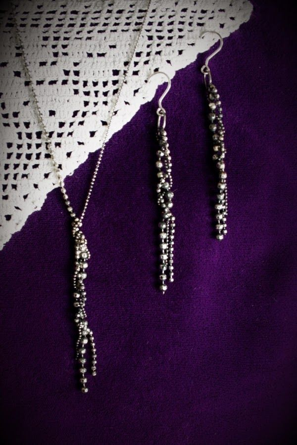 Silver necklace and earrings using disco ball -shaped chain in different sizes. www.pinterest.com/miiairene/