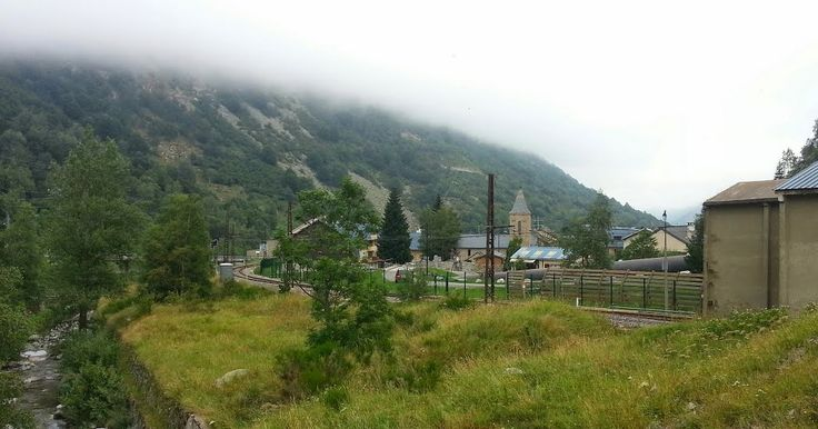 Vue de l'Hospitalet-près-l'Andorre, petit village de 80 habitants dans une vallée très encaissée, coincé entre une voie ferrée, la rivière Ariège, une route très passante, et une centrale hydraulique.