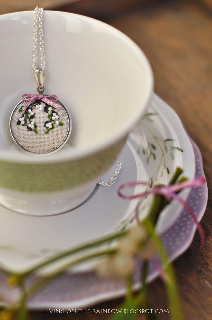 Живущая на Радугe: Медальон с Омелой / Mistletoe Necklace