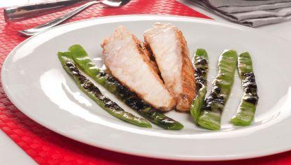 runo Oteiza nos sorprende con una receta de cola de rape adobada en pimentón y ajo cocinada a baja temperatura y acompañada de judías verdes a la brasa.