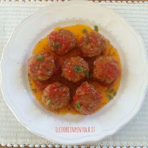 La ricetta delle polpette in umido è una delle ricette classiche della cucina italiana, delle morbide polpette di carne cucinate in tegame con cipolla, pomodoro fresco e spesso anche con le patate.