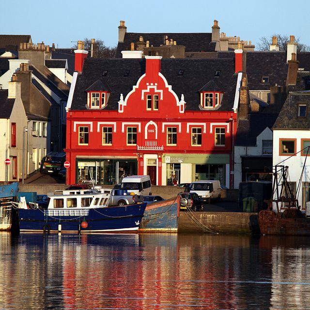 Stornoway Harbour, Isle of Lewis, the outer Hebrides  Ma maison avec au rez-de-chaussée un salon de thé ou un magasin de déco ?