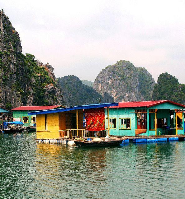 Drijvende vissersdorpjes in de Bai Tu Long-baai. Kijk voor meer reisinspiratie op www.nativetravel.nl