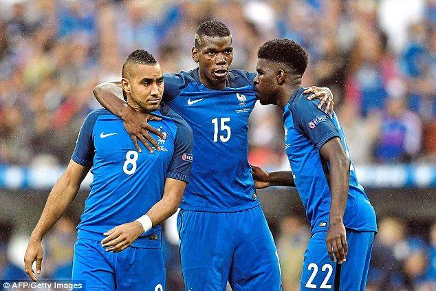 Manchester United sont prêts à renforcer leur intérêt pour la Juventus et la France le milieu de terrain Paul Pogba (centre)