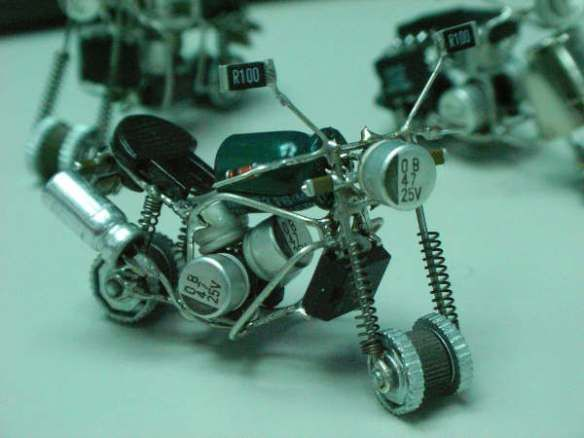 Miniatur Motor Dari Komponen Elektronik Dengan Gambar Kreatif