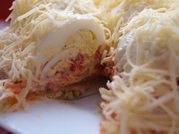 """Салат """"Сугроб"""".  Ингредиенты картофель 2 шт. морковь 2 шт. лук 1 шт. перец болгарский 1/2 шт. рыбные консервы 1 банка яйца куриные 5 шт. чеснок 2 зубчика майонез по вкусу сыр по вкусу  Процесс приготовления Отварить картошку в мундире, морковку, яйца. Остудить, почистить. Головку лука измельчить в блендере вместе с рыбными консервами. Начать сборку салата. Выложить на блюдо первый слой - натертый на крупной терке картофель. Смазать майонезом.  Второй слой - натертая на крупной терке морковь…"""