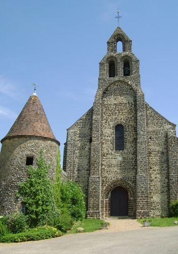 Eglise fondée au XIIe siècle par l'Ordre du Temple. L'utilisation du grison, une pierre locale, lui a permis de résister aux siècles.