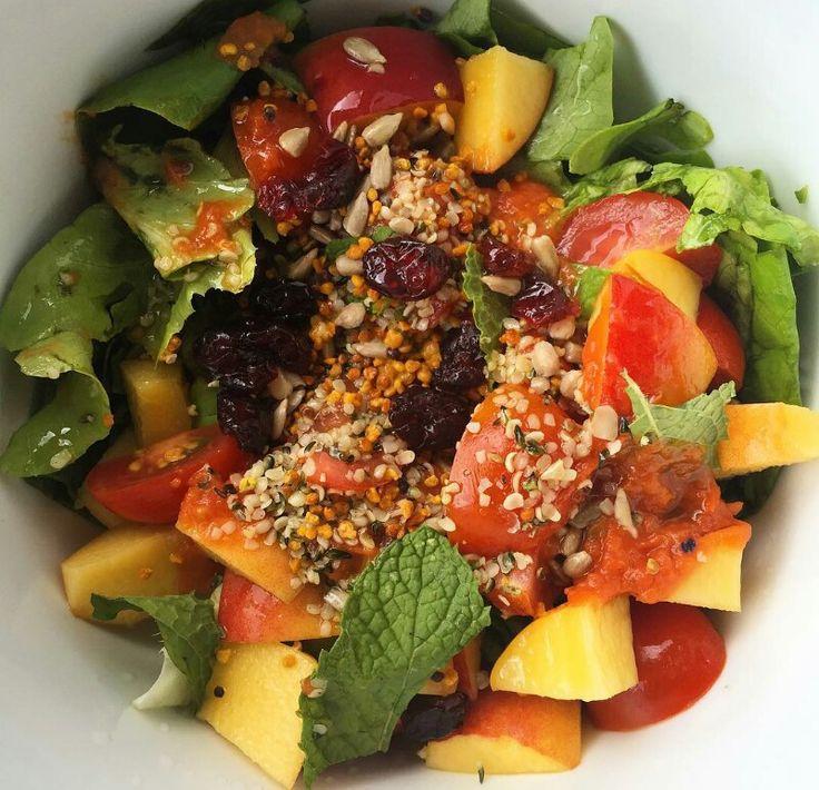 Summer Salad! Alface - Hortelã - Nectarina - Sultanas  -Tomate - 1cs Molho de tomate - Limão e Alho em pó - Fio de Azeite e Vinagre de Limão - Sementes de cânhamo - Pólen de Abelha - Sementes de girassol