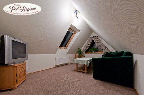 Apartament II - pokój dzienny, z rozkładaną 2-osobową sofą, telewizor, sejf  (2 piętro - poddasze), przeznaczony dla 3-4 osób, idealny dla rodzin z dziećmi  http://www.podreglami.pl/zakwaterowanie/apartament-drugi.html