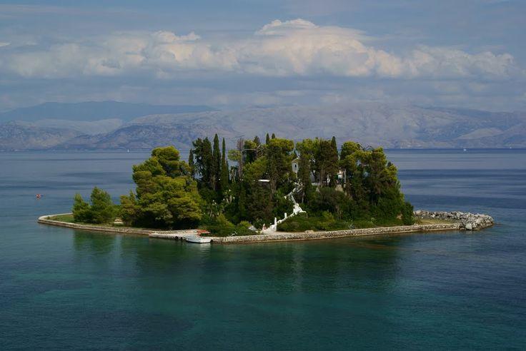 """Na ostrvu Pontikonisi nalazi se Manastir Pantokrator. Na grčkom Pontikonisi znači miš zbog čega se ovo ostrvo često naziva i """"Mišje ostrvo"""". #travelboutique #Corfu #Krf #putovanje #letovanje #odmor"""
