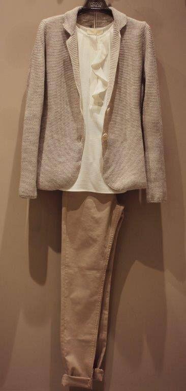 Un outfit per il vostro ufficio. Completo spezzato composto da pantaloni dal taglio e dal tessuto sportivo abbinato a una canotta morbida e una giacca a due bottoni. https://www.facebook.com/whitearzignano #VicoloNorthland #BeTween #modadonna #autunnoinverno2015 #outfit