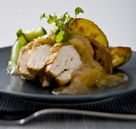 Stekt kyckling med rabarberkompott och gurksallad | Mat & Vänner