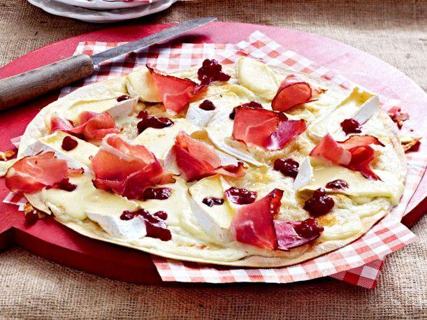 Unser beliebtes Rezept für Flammkuchen mit Camembert und Preiselbeeren und mehr als 55.000 weitere kostenlose Rezepte auf LECKER.de.