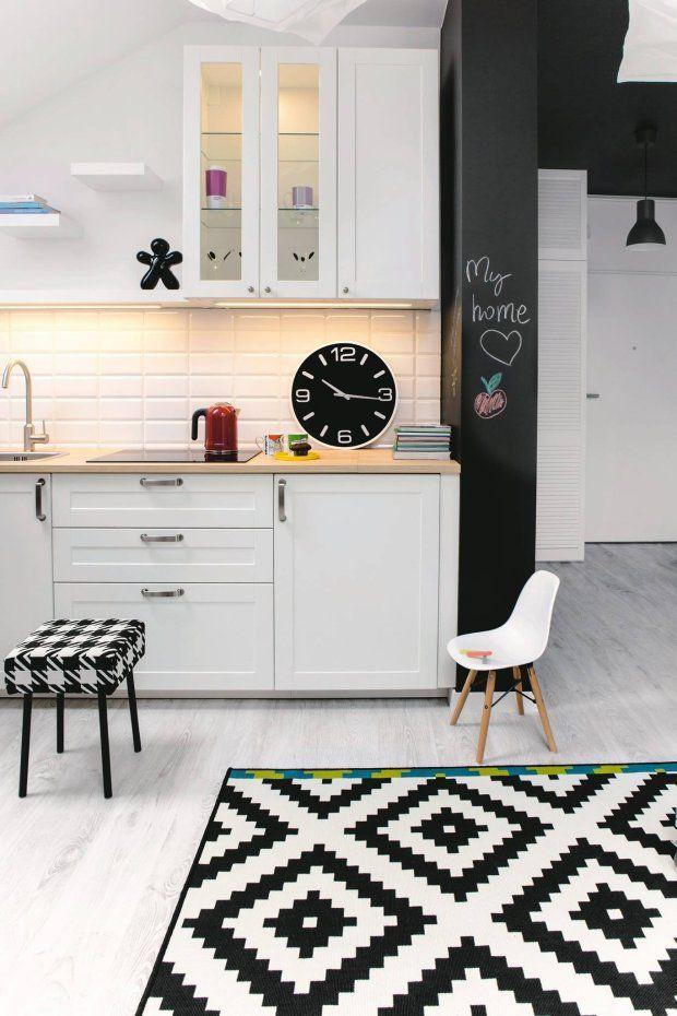 ANEKS KUCHENNY, z zabudową z gotowych szafek (IKEA) zajmuje ścianę oddzielającą pokój do łazienki. Ma dość długi blat i sporo schowków.