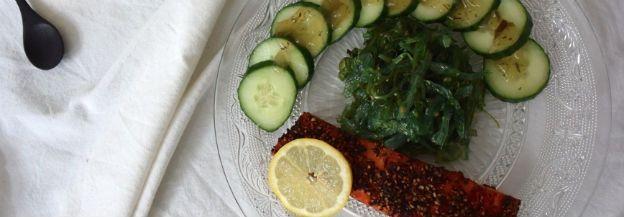 Zalm uit de oven met zeewiersalade en komkommer