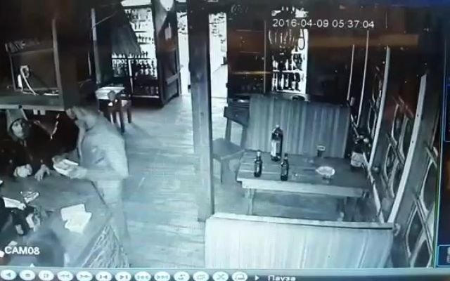 [VIDEO SHOCK] Lite al bar: 17enne torna con un fucile e spara alla testa di un 28enne La lite, con tutta probabilità, è stata scatenata dall'alcol ma non è ancora chiaro cosa abbia portato un 17enne russo ad uccidere a sangue freddo in un bar un 28enne con cui aveva avuto una discussi #morto #rissa #cronaca #russia #video