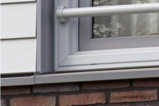 Gerenoveerde gevel met Roval aluminium doorvalbeveiliging, dagkantbekleding en gezette waterslagen.