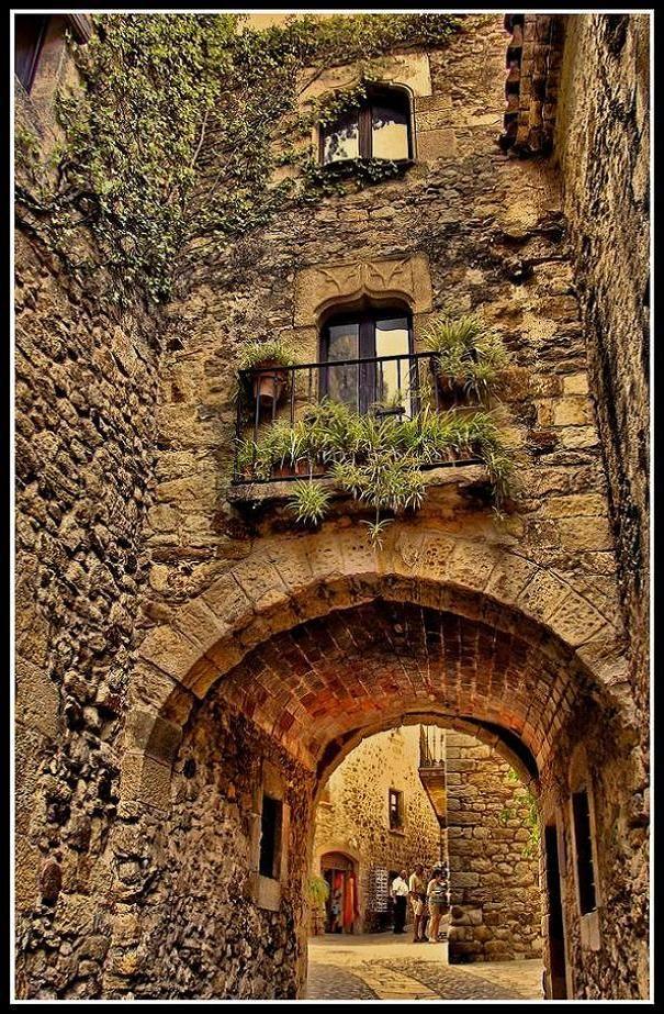 Hay muchos arcos en las calles de España porque es bonita.  También hay muchas paredes de piedras.