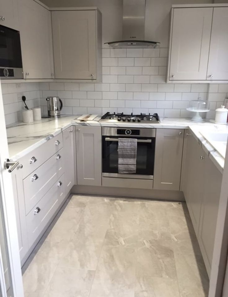 Thank you to @zoehalima for sharing her beautiful Burford Cashmere U-shaped kitchen with us via Instagram. For more U-shaped kitchen inspiration, visit Howdens!