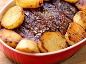 1h 30min Rendimento4 porções Ingredientes- 1 peça de fraldinha bovina com cerca de 1 quilo- 1/2 colher (sopa) de sal- 1 colher (café) de pim ...