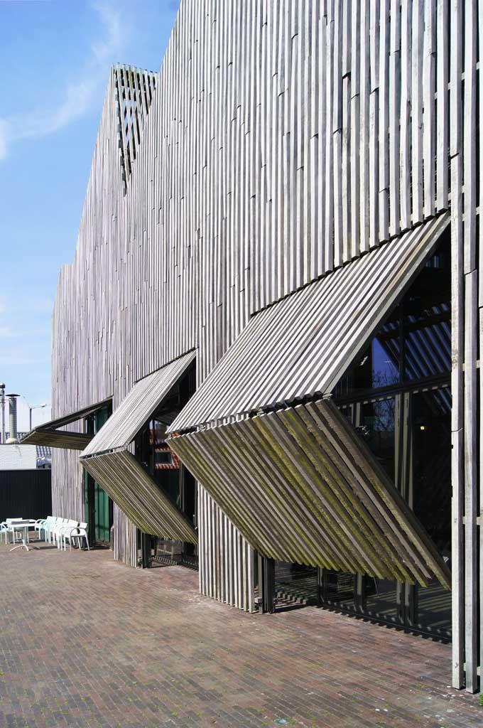 Sekundärfassade mit Holzlamellen