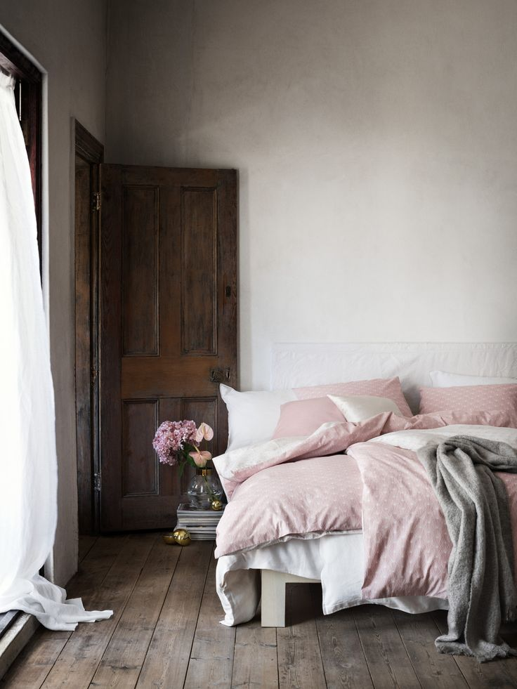 Bedroom with soft pink bedding by H&M Home (shop the look on my blog)
