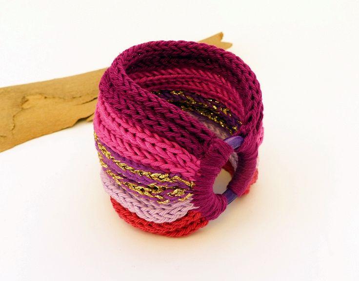 kötött karkötő rózsaszín és lila árnyalatokban, fa karikával / knitted bracelet in shades of pink and purple with wooden ring