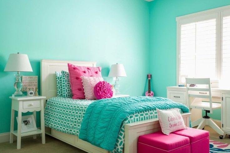chambre fille: murs turquoise, mobilier blanc et accents roses