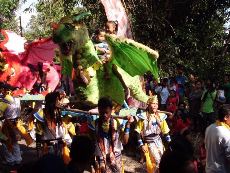 Para Penari melakukan gerakan yang sangat indah - Singa Barong