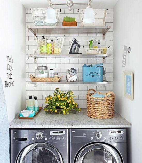 Caixas organizadoras coloridas e cestinhos também dão outra cara ao espaço, assim como potes bonitos para guardar os produtos de limpeza.