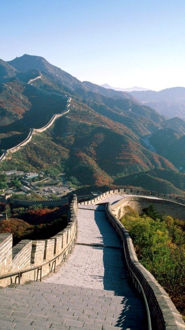 Kínai Nagy Fal: részlet a Ming dinasztia idején épült falszakaszból. A kínai nagy fal az i. e. 3. század és i. sz. 17. század eleje között Kína északi határán épített erődítményrendszerek összessége, amelynek célja az volt, hogy a földművelő Kínát megvédje az északi nomád törzsek (részben a hunok) támadásaitól.