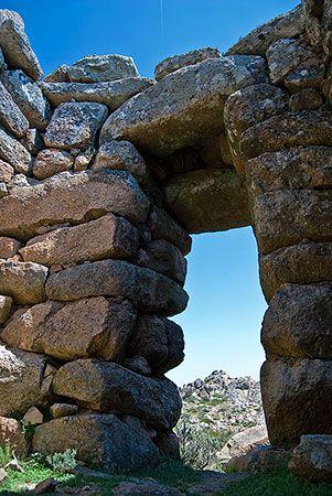 Complesso nuragico di Sos Nurattolos - Alà dei Sardi. Ingresso al tempio a Megaron visto dall'interno
