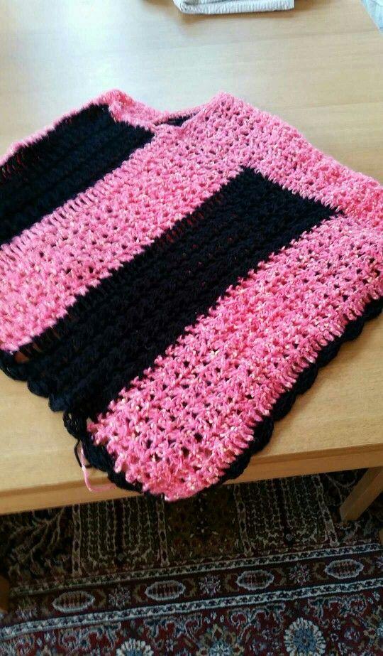 Poncho i svart och rosa..garn svart Junior och rosa Josie.