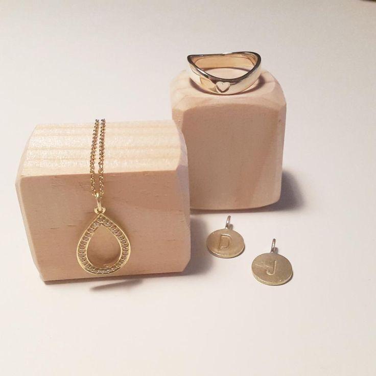 Så smukke smykker.  #hvisk #hviskstyling #hviskstylist #hviskjewellery #smykker #smykke #jewellery #ring #rings #guld #sølvforgyldt #halskæder #halskæde #vedhæng #bokstavsvædhæng #bokstaver #gold