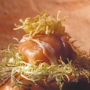 Ganda Ham pakje met gerookte zalm    Recept : Peter Goossens, Hof Van Cleve - Kruishoutem    Benodigdheden voor 4 personen :  - 8 plakjes Ganda Ham  - 16 plakjes gerookte zalm  - 1 ajuin  - 1 eetlepel gehakte peterselie  - 1 citroen  - 2 eetlepels zure room  - 50 gr. gepelde garnalen  - 1 krulandijvie  - 2 eieren  - 50 gr. fijne deegwaren (bv. noedels)    Volledig recept te verkrijgen via info@ganda.be of www.facebook.com/gandahamdestelbergen